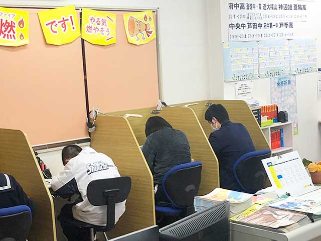 集中して学習する子ども